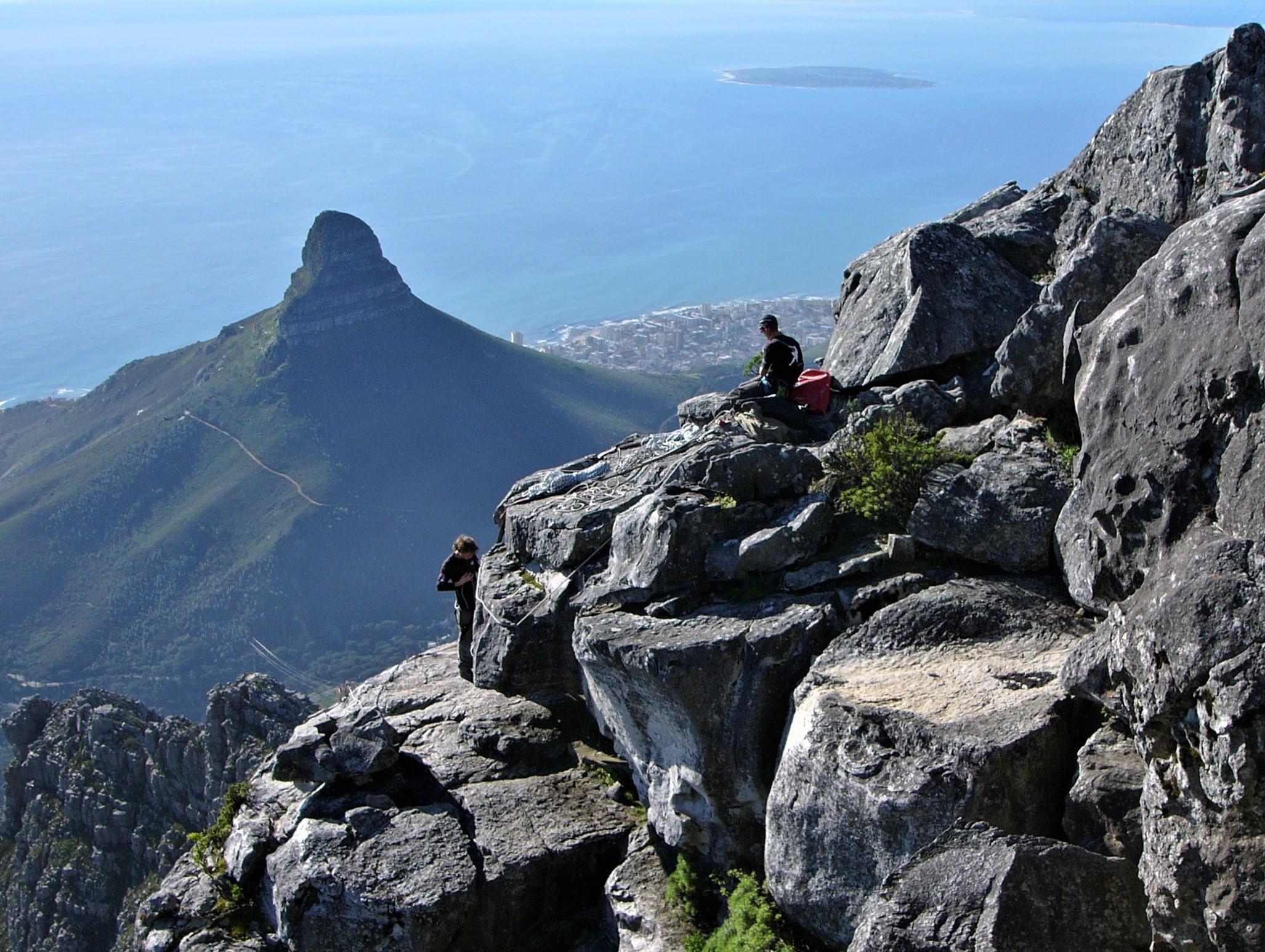 6 - Lion's Head fotografata da Table Mountain. Sullo sfondo, Robben Island.